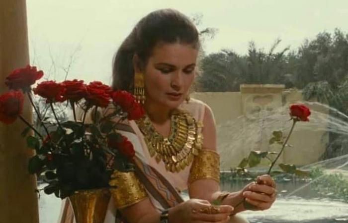 يسرا تستعيد ذكريات تصوير فيلم المهاجر من 27 سنة بعرض حليها الذهبية.. صور