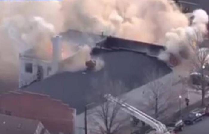 بالفيديو.. احتراق وانفجار كنيسة في أمريكا.. والسلطات تغلق محيط الحادث