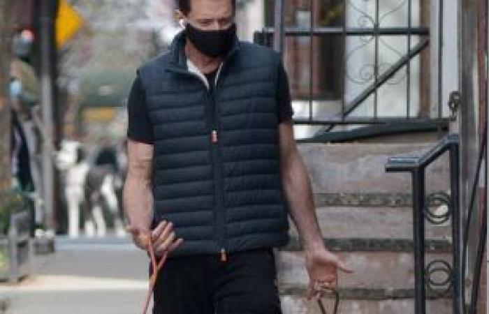 هيو جاكمان فى نزهة مع كلابه بشوارع نيويورك.. بعد تلقيه لقاح كورونا