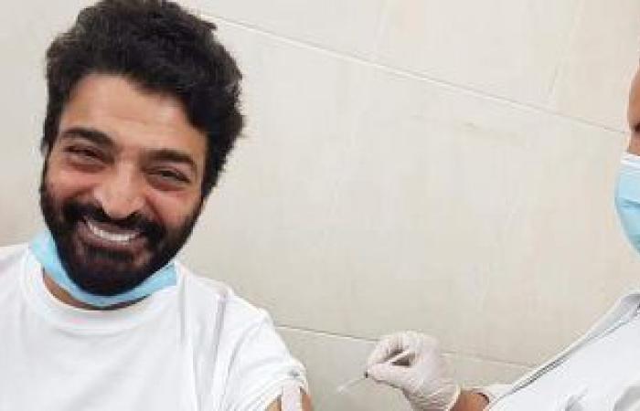 حميد الشاعرى يتلقى الجرعة الأولى من لقاح فيروس كورونا