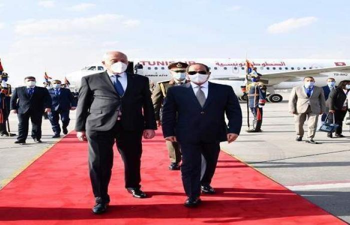 السيسي يودع الرئيس التونسي بمطار القاهرة
