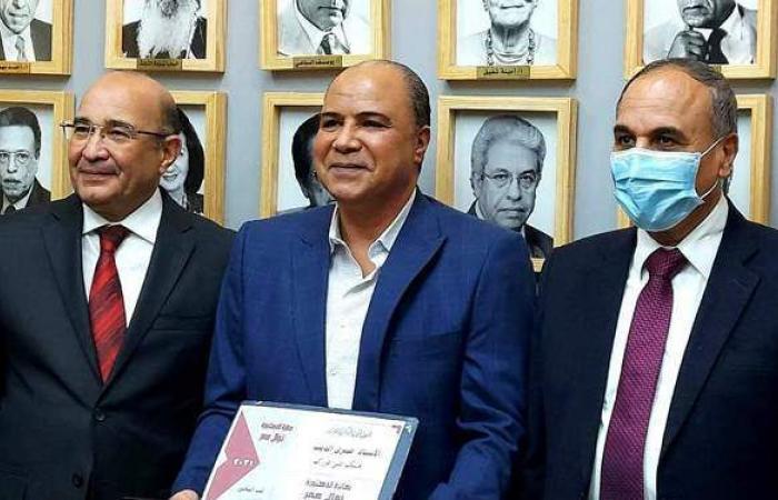 صبري الديب يتسلم جائزة نوال عمر