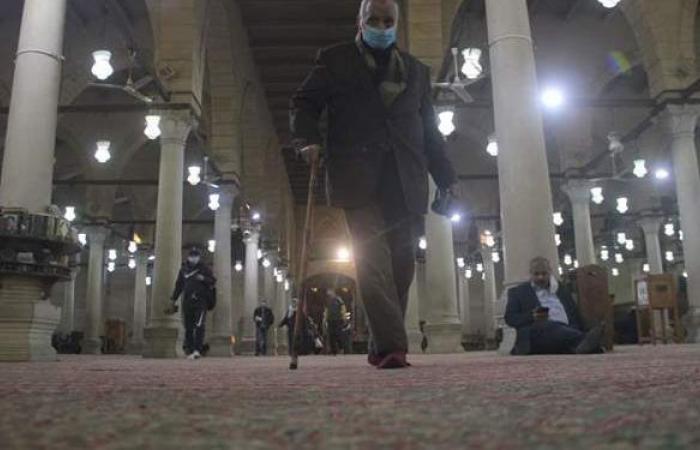 توافد المصلين على مسجد عمرو بن العاص لأداء صلاة التراويح| صور