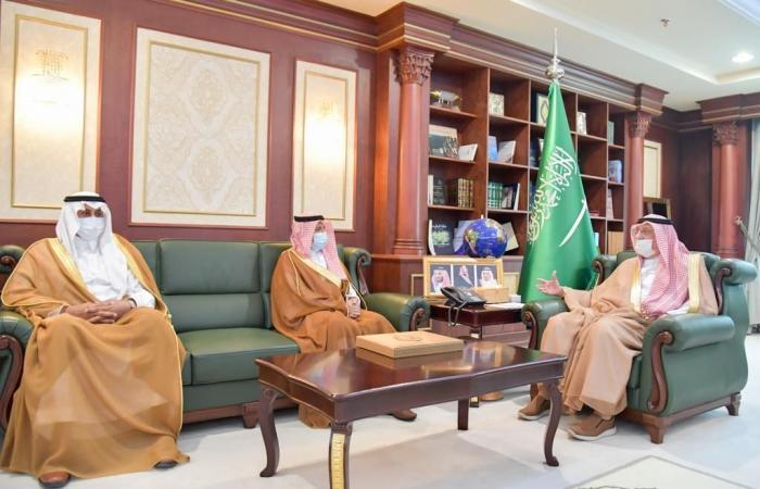 الأمير محمد بن ناصر يتسلم التقرير السنوي لمنجزات جامعة جازان
