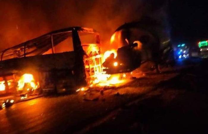 محافظ أسيوط يتفقد موقع حادث تصادم أتوبيس بسيارة نقل بطريق أسيوط البحر الأحمر