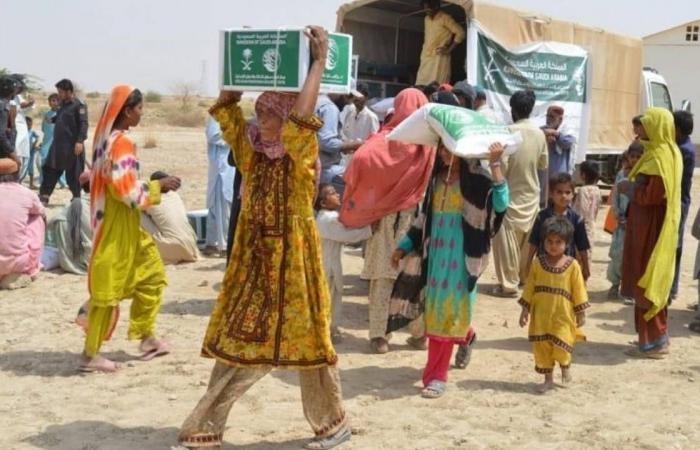 بالصور.. إغاثي الملك سلمان يوزع سلالًا غذائية رمضانية في باكستان