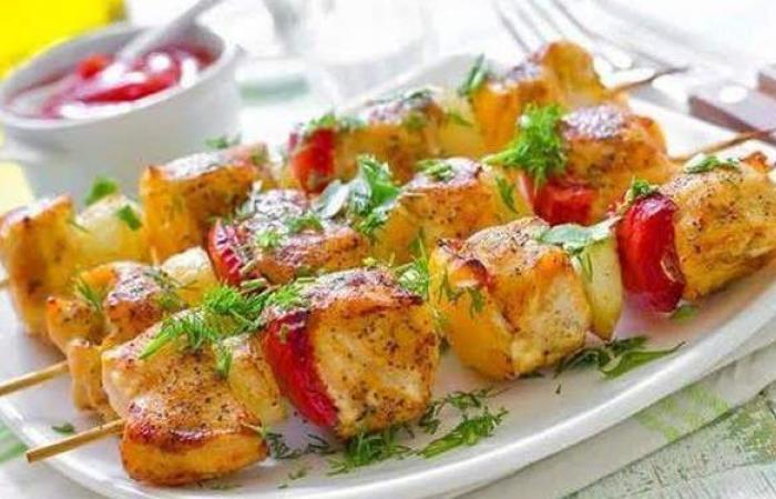 لذيذ وخفيف على الإفطار.. طريقة عمل الشيش طاووق