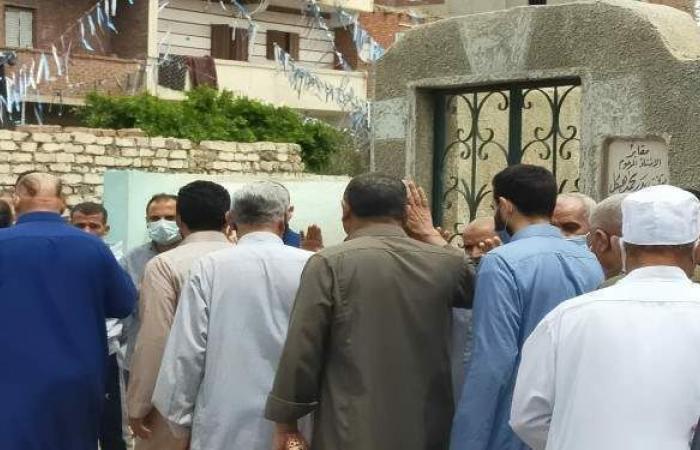 أسامة حسني يتلقى العزاء في وفاة جدته بالشرقية