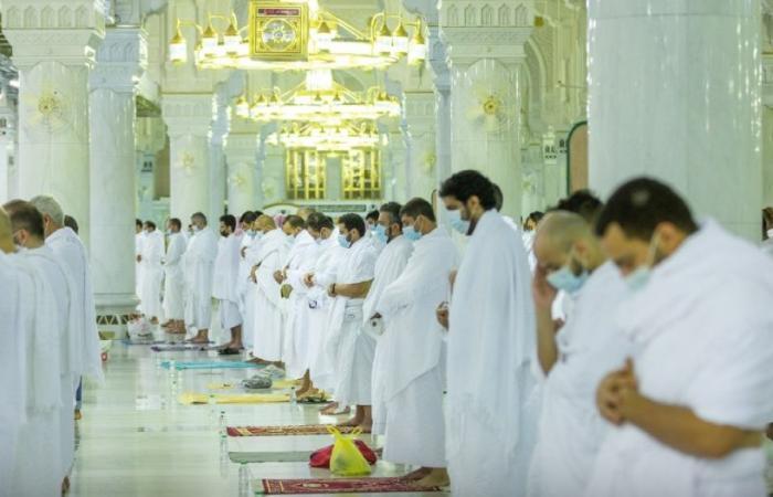 المصلون يؤدون تراويح ليلة الحادي عشر من رمضان في المسجد الحرام