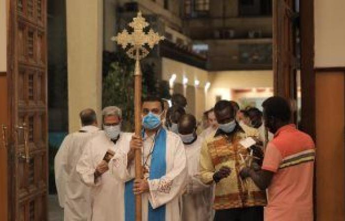 أجراس الكاتدرائية الأسقفية تدق وتعلن بدء قداس عيد القيامة (صور)