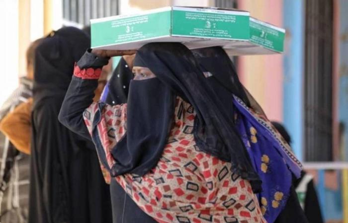 بالصور.. إغاثي الملك سلمان يوزع نحو 14 ألف سلة تمور في عدن