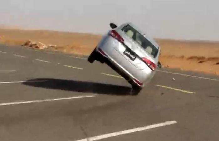 مرور تبوك يضبط قائد سيارة سار بمركبته على إطارين فقط