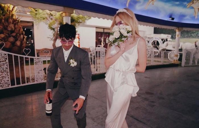 صوفى تيرنر تحتفل بعيد زواجها من جو جوناس بصور جديدة