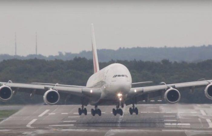 إعصار يتسبب في دوران طائرة على المدرج.. فيديو