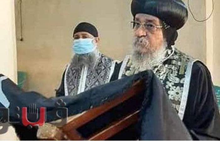 أسقف إسنا يترأس قداس الجمعة العظيمة في قنا   صور