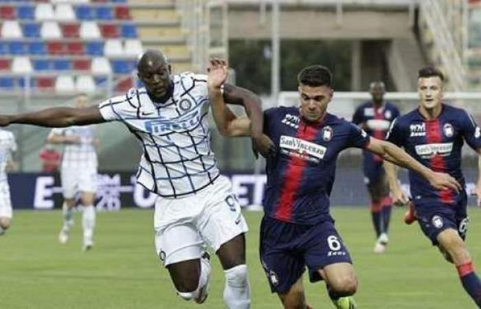 إنتر ميلان يفوز على كروتوني 0/2 ويحسم لقب الدوري الإيطالي إكلينيكيًا