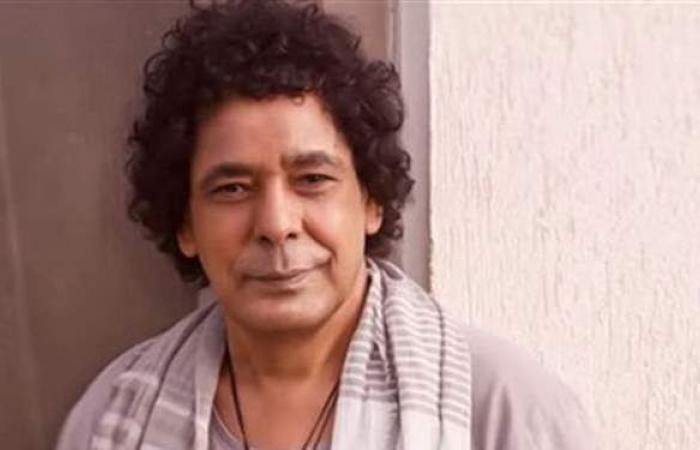 """بعد أغنية """"تكه تكه"""".. شاهد أحدث ظهور لمحمد منير"""