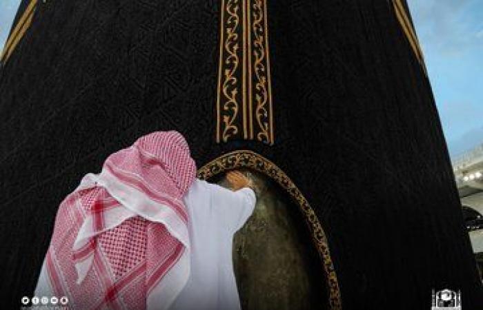 تطييب الكعبة والحجر الأسود بأفخر المسك مع بدية العشر الأواخر من رمضان.. صور