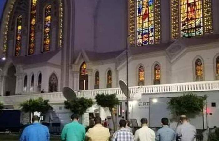 في مصر فقط.. مخرجو القداس يؤدون صلاة المغرب في الكاتدرائية