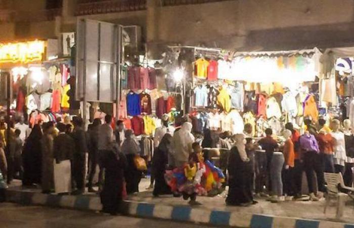 رغم كورونا وارتفاع الأسعار.. تزاحم المواطنين لشراء ملابس العيد بمطروح | صور