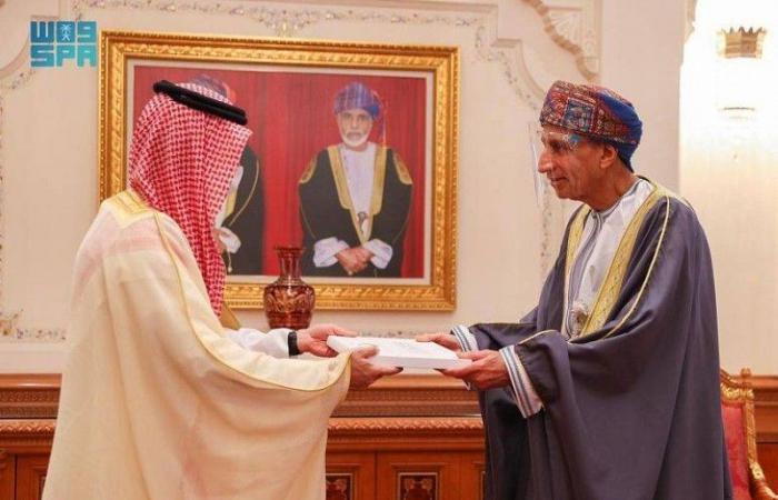 خادم الحرمين الشريفين يوجه الدعوة لسلطان عُمان لزيارة السعودية