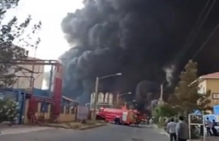 اندلاع حريق كبير بمنطقة صناعية في مدينة قم الإيرانية