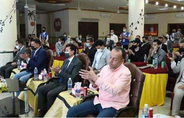 وزير الرياضة يتفقد نادي الحسينية ويلتقي أعضاء برلمان الشباب