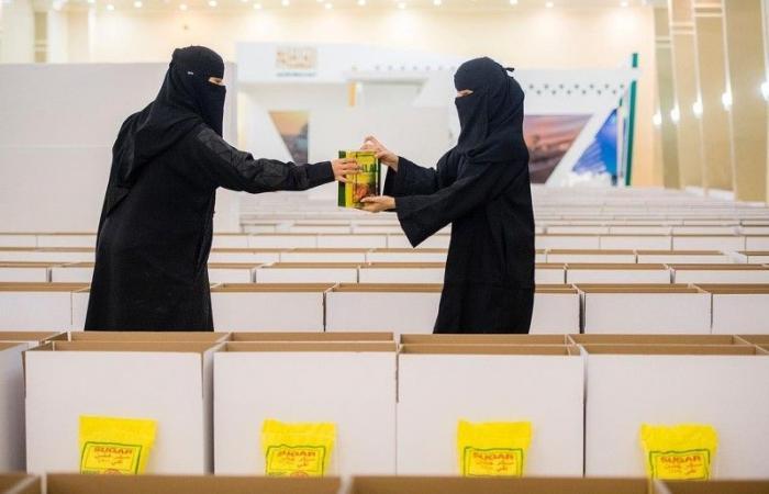مجلسا شباب وفتيات القصيم يوزعان 1700 سلة غذائية في حملة «نهر العطاء»