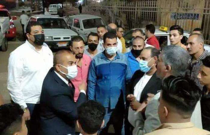 رئيس مدينة المنيا يستمع إلي أهالي مصابي كورونا أمام مستشفى الحميات