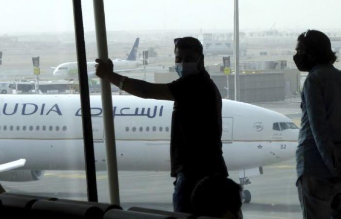 طيار يفاجئ فتاة سعودية على متن طائرة... فيديو