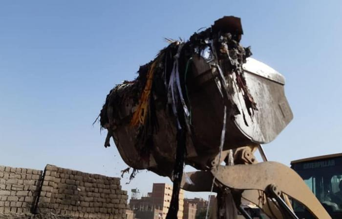 حى مصر القديمة يرفع مخلفات القمامة بعزبة خير الله وغلق مقاهى مخالفة بالمنيل