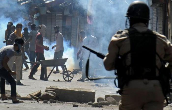 جماعة متمردة في ميانمار تسقط طائرة هليكوبتر عسكرية... فيديو وصور