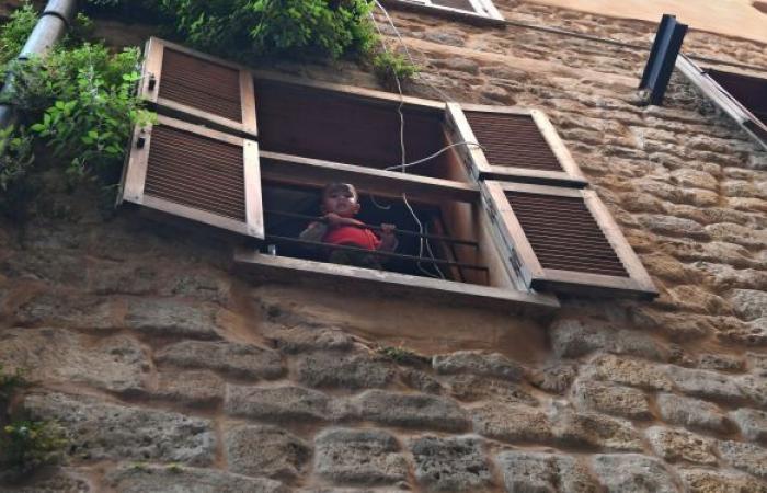 أب يلقي أطفاله من النافذة في بلد عربي... فيديو