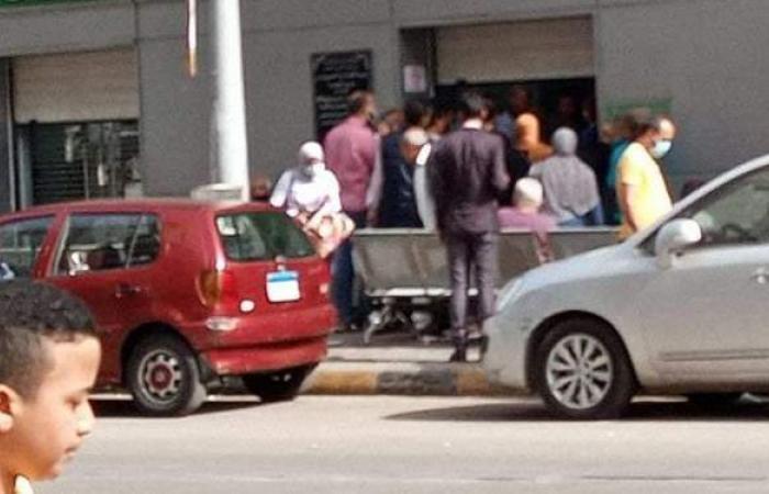 تكدس المواطنين أمام مكاتب البريد والبنوك في الإسكندرية | صور