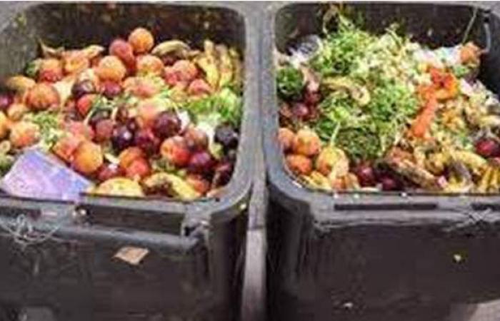 تجار أتراك يلقون مئات الأطنان من الخضروات بحاويات القمامة   فيديو