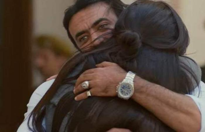"""لحظة احتضان ياسمين عبد العزيز لـ أحمد العوضي بعد خروجها من السجن في """"اللي مالوش كبير"""""""