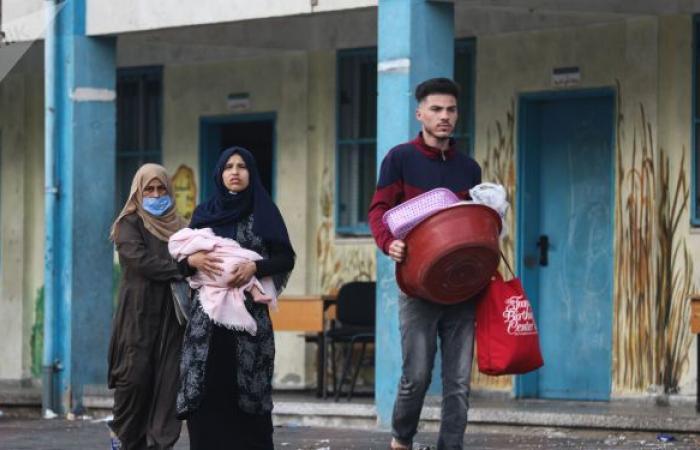 """بعد تصريحاته عن قصف غزة… موظفو """"الأونروا"""" يتظاهرون ضد مدير عمليات الوكالة"""