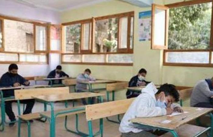 توافد طلاب الشهادة الإعدادية على المدارس في أول أيام امتحانات نهاية العام