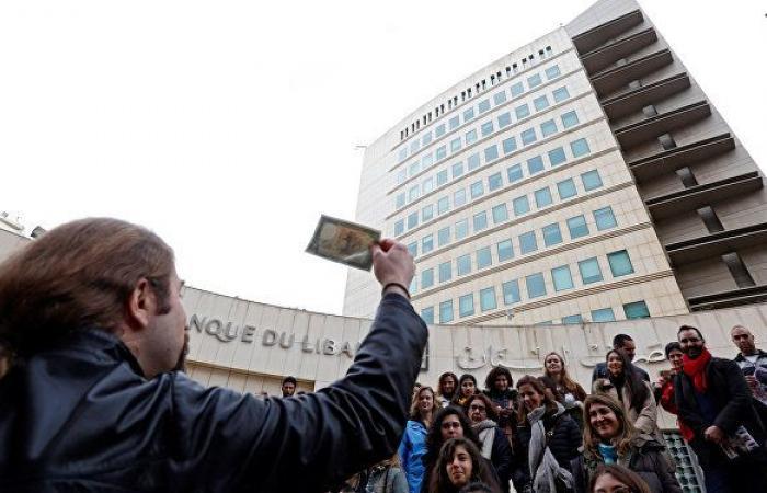 مصرف لبنان يعلق السماح للمودعين بسحب الدولار على سعر 3900 ليرة
