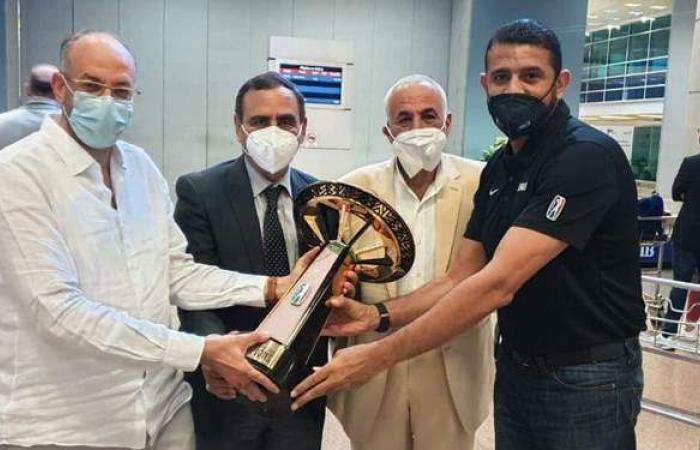 حسين لبيب على رأس مستقبلي بعثة الزمالك لكرة السلة بمطار القاهرة   صور