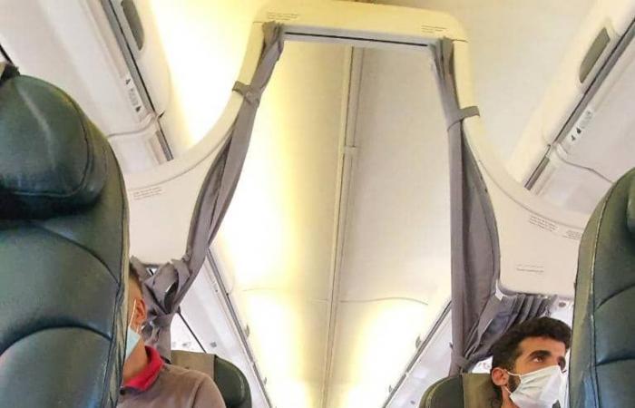 صور مصريين جارى إعادتهم من طرابلس إلى القاهرة داخل طائرة خاصة