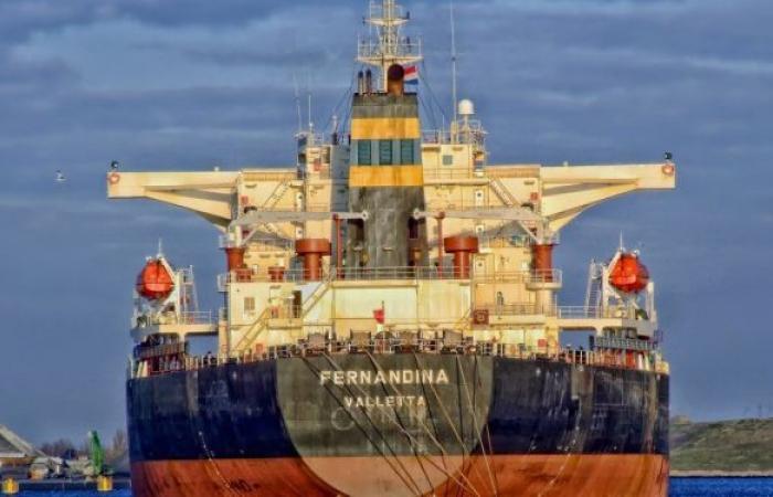 الكشف عن ناقلتين تحملان وقودا إيرانيا إلى لبنان لم تبحرا بعد