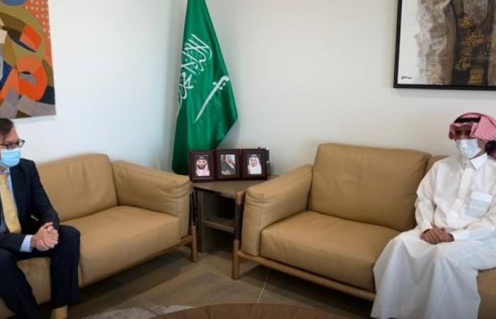 السفير الدوسري يستعرض العلاقات الثنائية مع مسؤول أمريكي