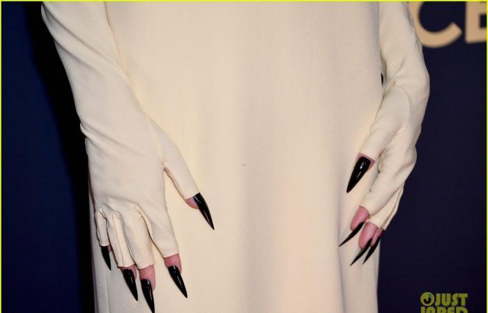 """أوت فاجبينل يرتدي """"الدراعة"""" النيجيرية وإيما كورين بمخالب في حفل Emmy"""
