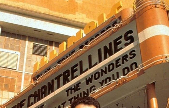 بعد 25 عاما.. توم هانكس يروى ذكرياته مع تشارليز ثيرون فى That Thing You Do.. صور