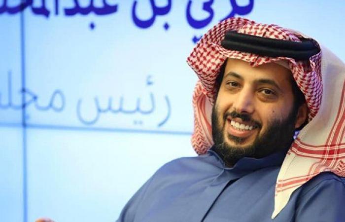 رد فعل تركي آل الشيخ على شاب مسح كلمات من كتابه... فيديو