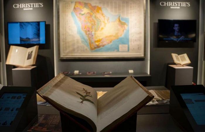 بالصور..  دار عالمية تعرض نوادر عمرها 500 عام بمعرض الرياض الدولي للكتاب