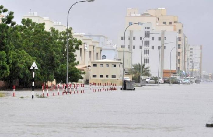 الإعصار شاهين.. أمطار غزيرة في مسقط وإغلاق شوارع وجدولة رحلات الطيران