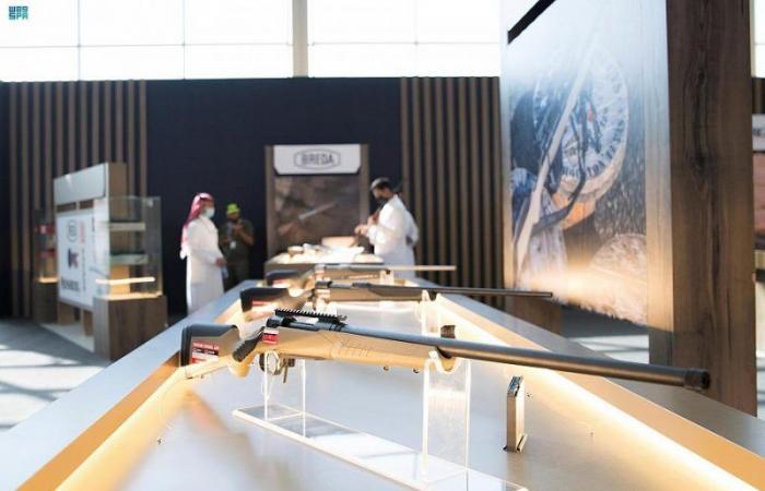 إتاحة تجربة حمل السلاح لزوار معرض الصقور الدولي