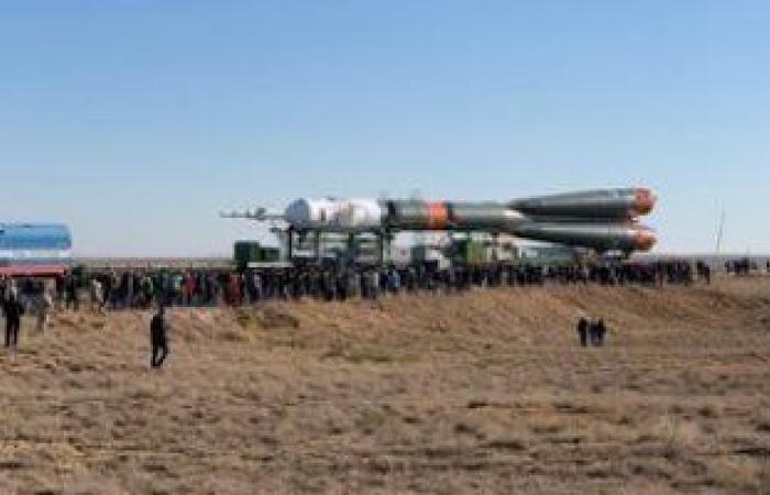 """صاروخ """"سويوز"""" الروسي ينصب على منصة الإطلاق بـ36 قمرا صناعيا على متنه"""